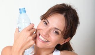 Femme et boisson pour la detox