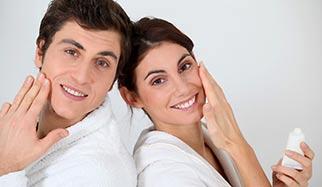 homme et femme avec crèmes