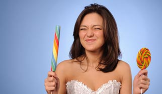 femme avec sucreries