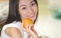femme avec orange