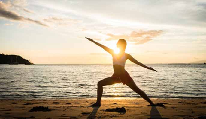 femme en position du guerrier yoga