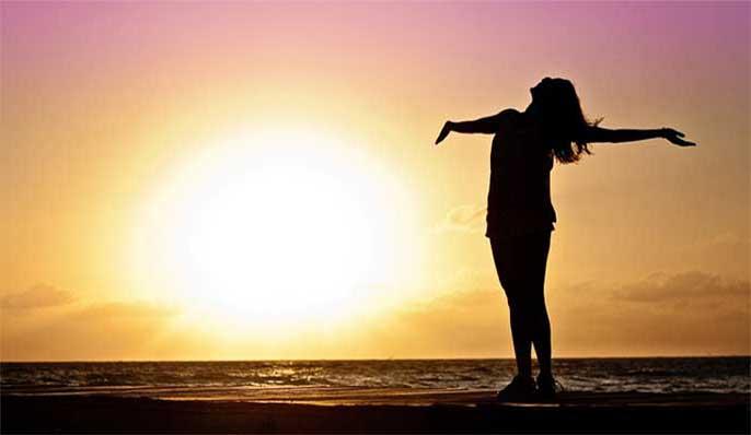 corps de femme et soleil faible