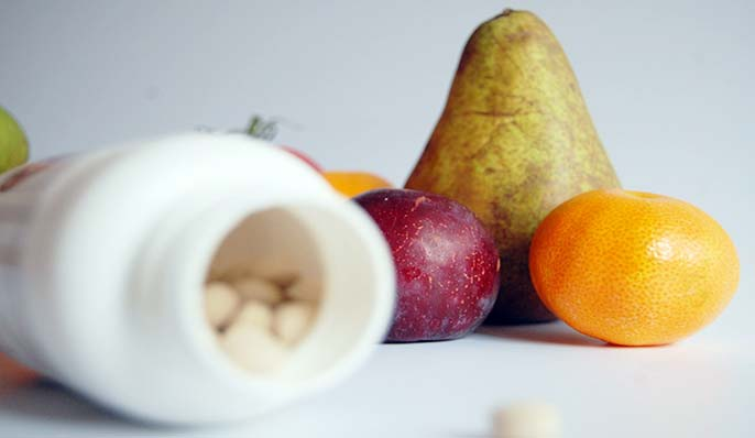 vitamines en gélules et fruits