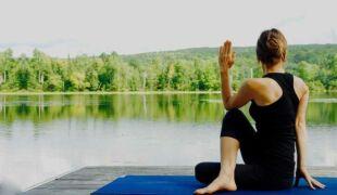 Posture de yoga devant un lac