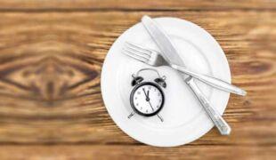 Assiette vide et horloge