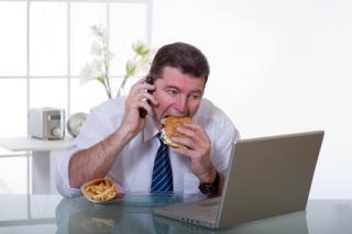 homme au bureau et ordinateur