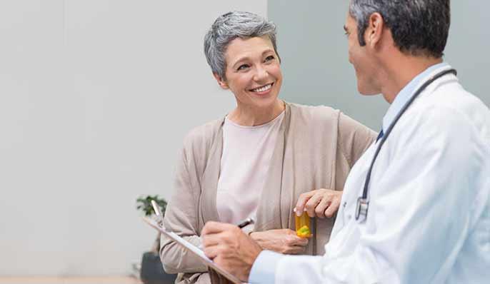 femme ménopausée consultant un médecin pour traitement hormonal