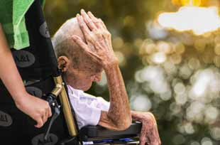 vieillard grabataire en fauteuil roulant