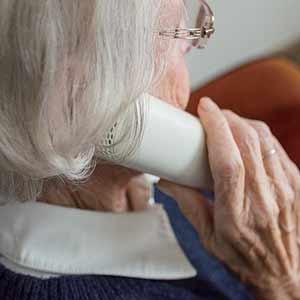 femme seule agee au telephone